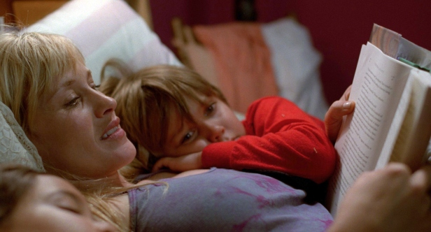 Patricia Arquette as Mum Olivia reads to her kids Mason Jr (Coltrane) and Samantha (Lorelai Linklater, the director's daughter)