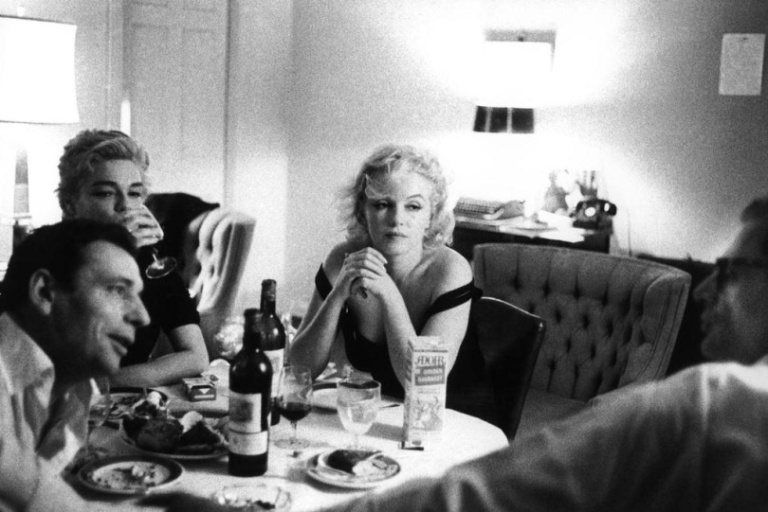 bruce-davidson-beverly-hills-california-1960-yves-montand-his-wife-simone-signoret-marilyn-monroe-and-her-husband-arthur-miller-at-the-beverly-hills-hotel