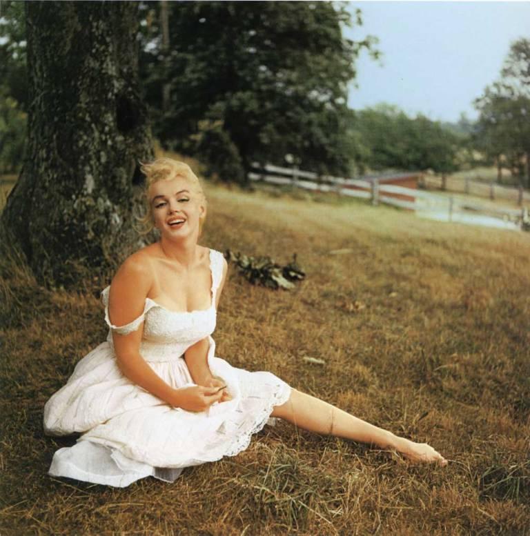 Marilyn-under-tree